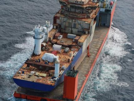 Vessel transportation by heavy-load carrier